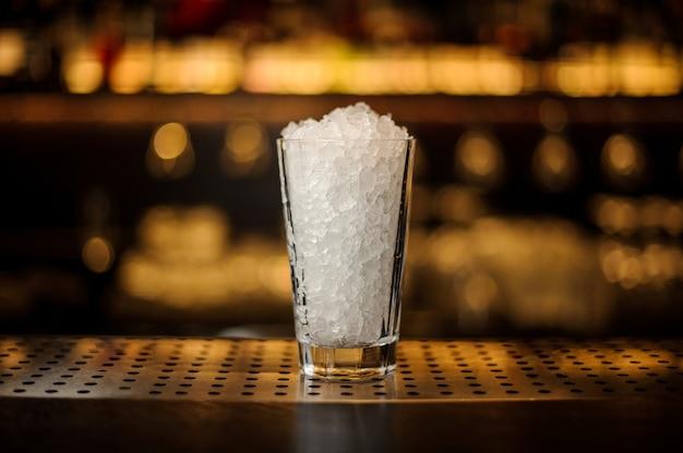 Verre à cocktail de limonade de glace pilée debout sur le support de bar en acier vide