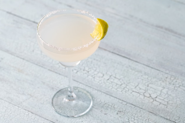 Verre de cocktail margarita garni de sel bord