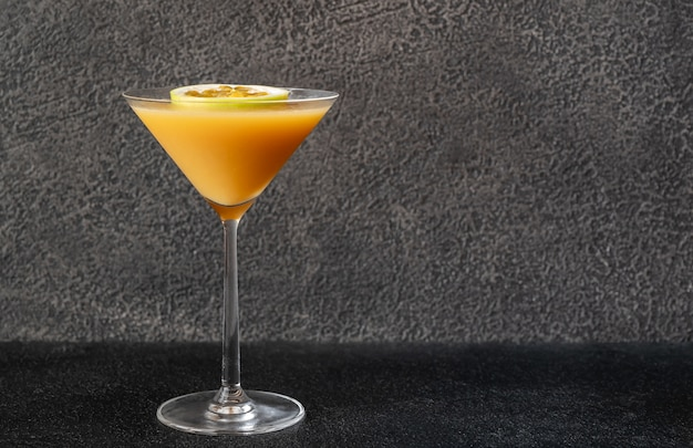 Verre de cocktail martini star du porno sur fond noir