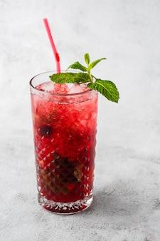 Verre avec cocktail mojito aux fraises au citron et à la menthe, boisson rafraîchissante froide ou boisson avec de la glace sur fond de marbre brillant. vue aérienne, espace copie. publicité pour le menu du café. photo verticale.