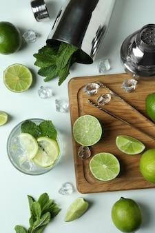 Verre de cocktail mojito frais et ingrédients sur fond blanc