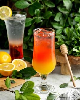 Un verre de cocktail ombre servi avec des glaçons