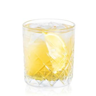 Verre de cocktail avec reflet isolé sur blanc