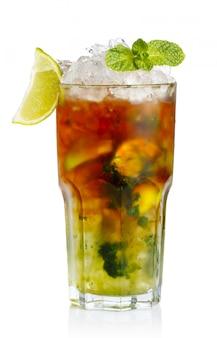 Verre de cocktail sans alcool frais au citron vert, pomme et menthe verte