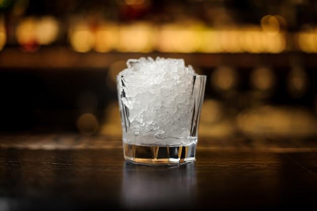 Verre à cocktail vintage de glace pilée debout sur le support de bar en acier vide