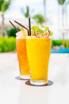 Verre de cocktails glacés avec plage et mer