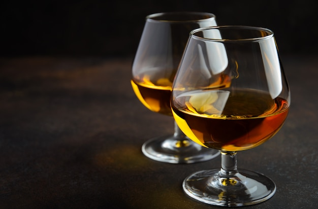 Verre de cognac ou cognac sur bois rouillé