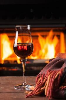 Verre de cognac devant la cheminée