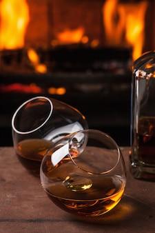 Un verre de cognac devant la cheminée