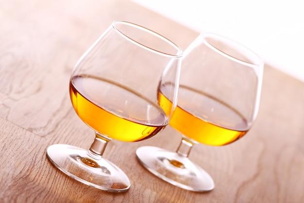 Verre de cognac sur une surface en bois