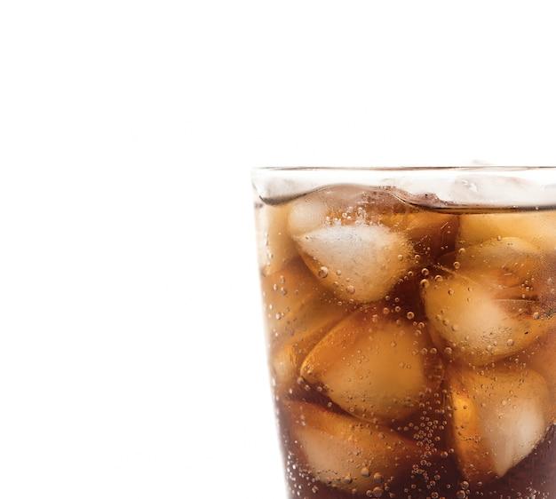 Verre de cola avec de la glace