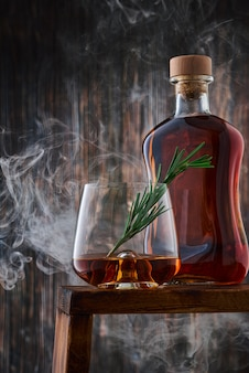Verre en cristal et bouteille de whisky