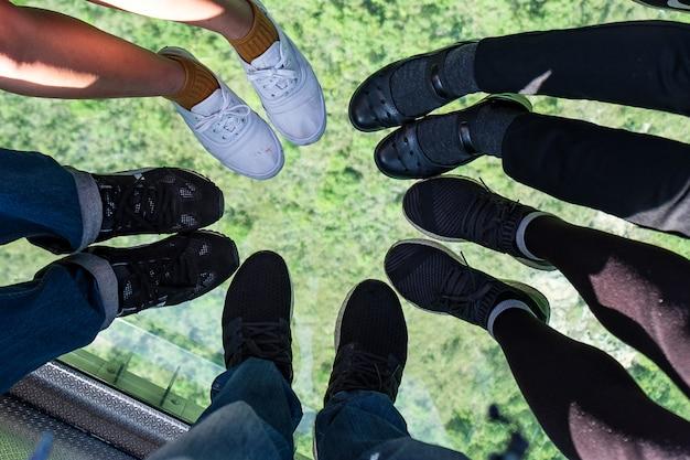 Verre en cristal ngong ping téléphérique avec des touristes en montagne