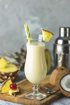 Verre de délicieux pina colada frozen cocktail traditionnel des caraïbes