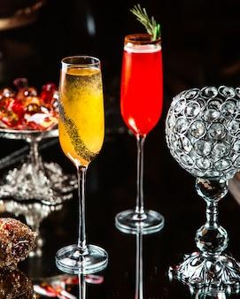 Verre à deux cocktails sur la table