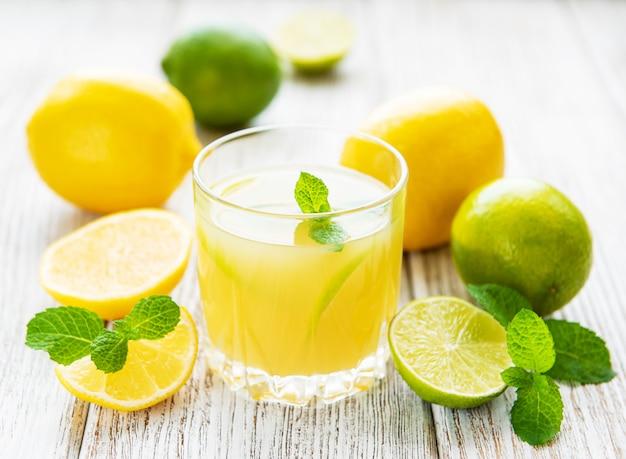 Verre avec du jus de citron frais