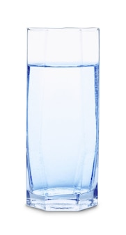 Verre d'eau avec des bulles isolé sur fond blanc