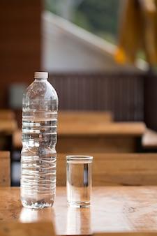 Verre d'eau sur le bureau en bois