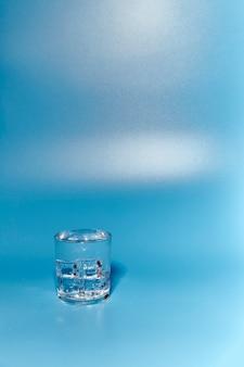Verre d'eau claire et fraîche
