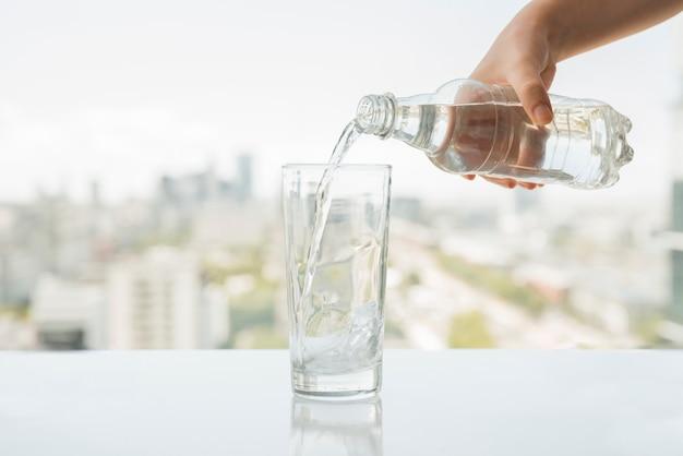 Verre d'eau en cours de remplissage