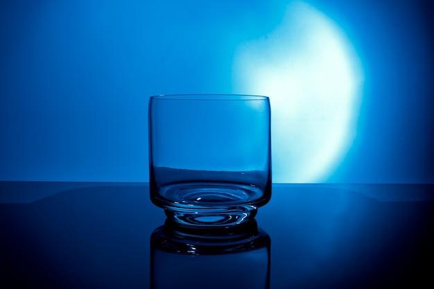 Verre d'eau sur fond bleu