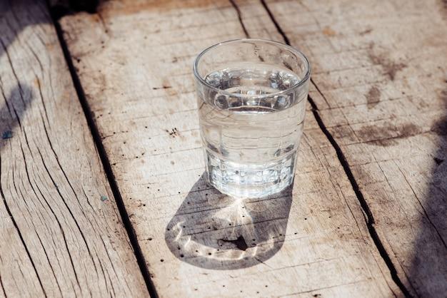 Verre d'eau sur fond de bois