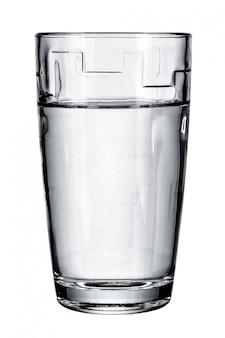 Verre avec de l'eau fraîche sur blanc