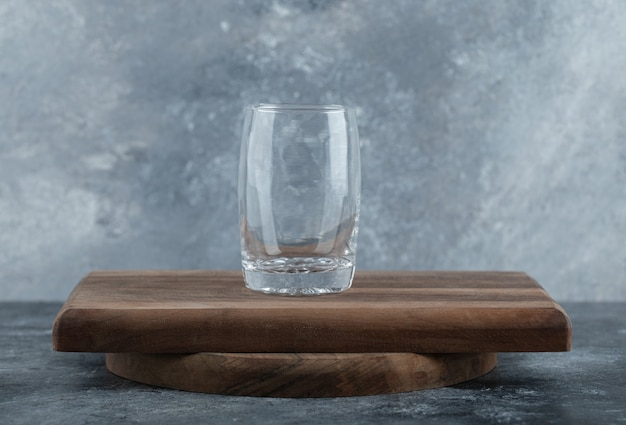 Verre d'eau froide sur planche de bois.