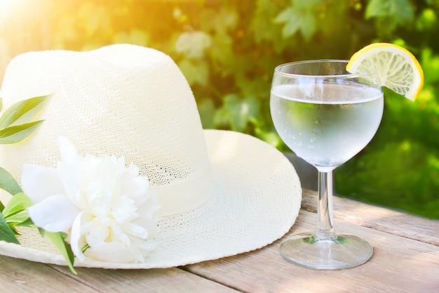 Un verre d'eau froide rafraîchissante avec une tranche de citron en été.