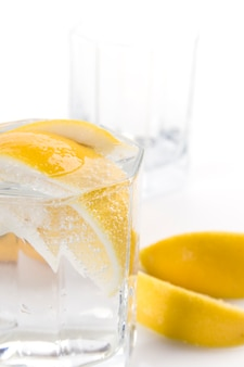Verre avec de l'eau gazeuse et des tranches de citron
