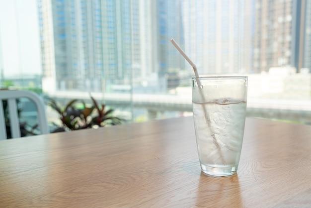Verre d'eau avec de la glace sur la table