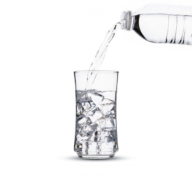 Un verre d'eau avec des glaçons