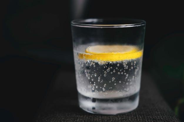 Verre d'eau avec gros plan de citron