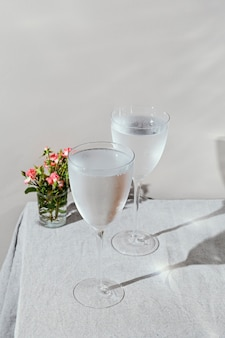 Verre d'eau avec des pétales de fleurs