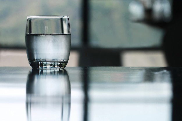 Verre d'eau potable froide sur la table