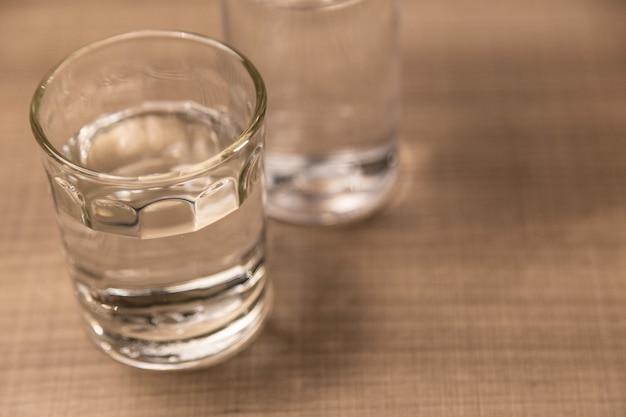 Verre d'eau potable sur une table en bois
