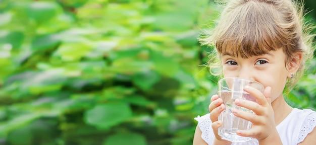 Verre d'eau pour enfant