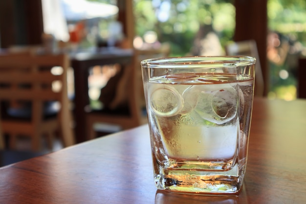 Verre d'eau sur table en bois au restaurant