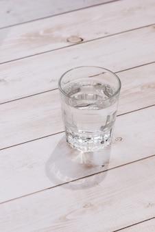 Verre d'eau sur une table dans un restaurant