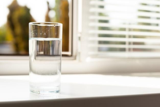 Verre d'eau sur table