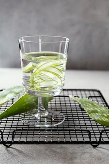 Verre d'eau avec des tranches de citron sur la table