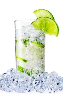 Verre d'eau vaporisée avec de la chaux et de la glace