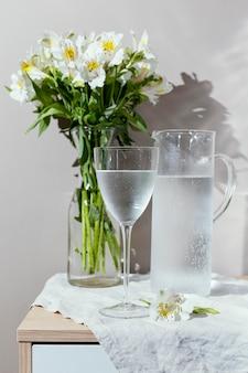 Verre d'eau et vase à fleurs