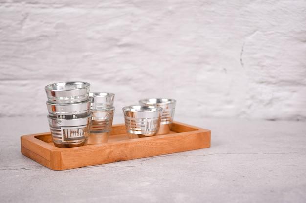 Verre à eau zamzam avec des napperons en bois fond blanc isolé et espace blanc