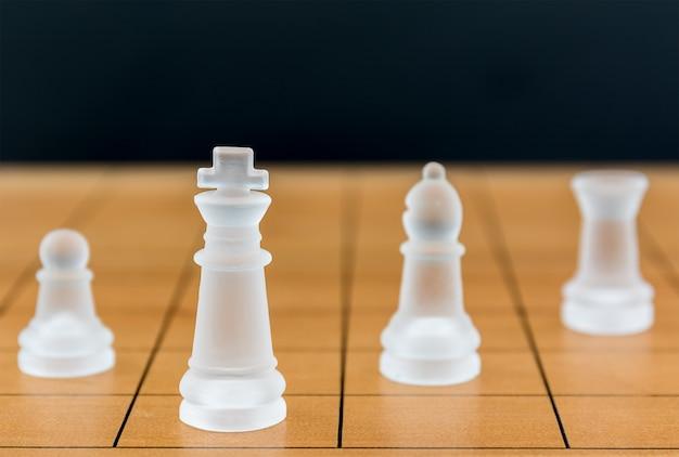 Verre d'échecs sur un échiquier en bois