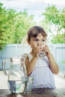 Verre d'enfant d'eau. mise au point sélective. boisson.