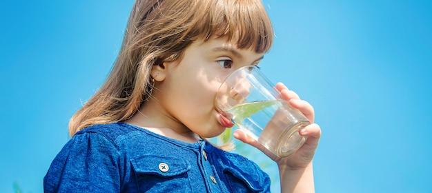 Verre d'enfant d'eau. mise au point sélective. la nature.