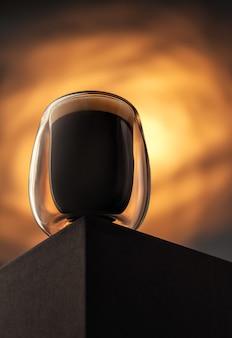 Un verre d'espresso. café dans une tasse en verre avec une belle mousse