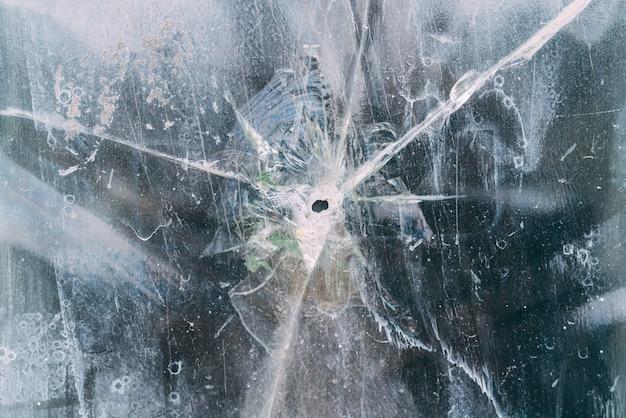 Verre de fenêtre brisé par balle avec un trou