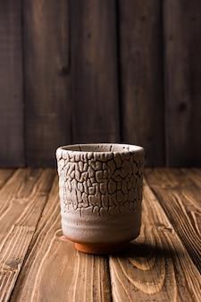 Un verre sur fond en bois. la table en bois.